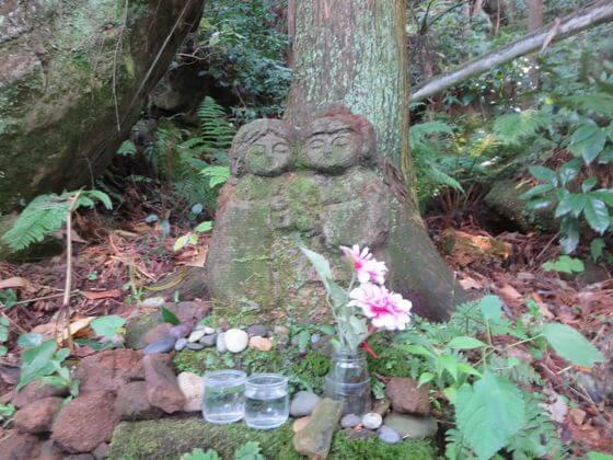 衣張山ハイキングコース 石仏