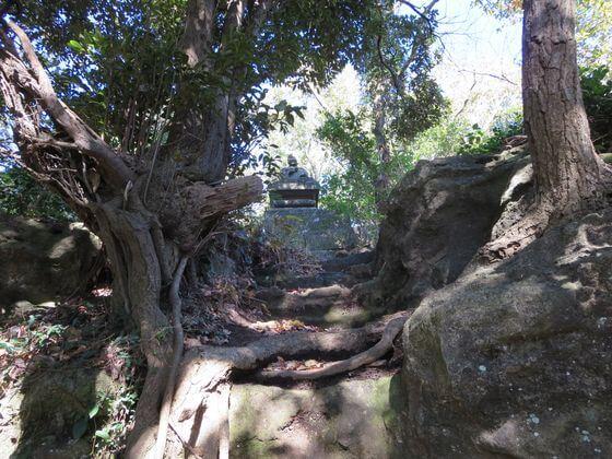 天園ハイキングコース 弘法大師石像