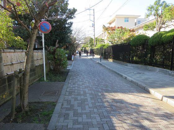 聖心侍女修道会前の道