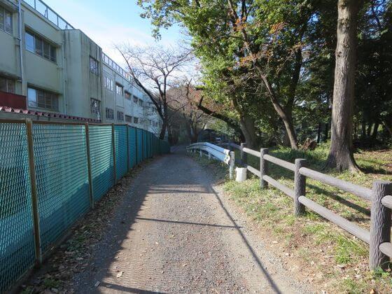 長津田小学校 裏手の道