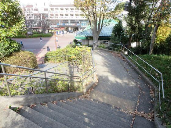 すずかけ台駅前 階段