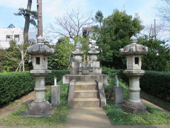 勝海舟夫婦の墓