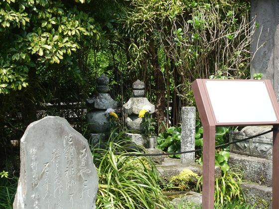 桟敷の尼夫婦の墓