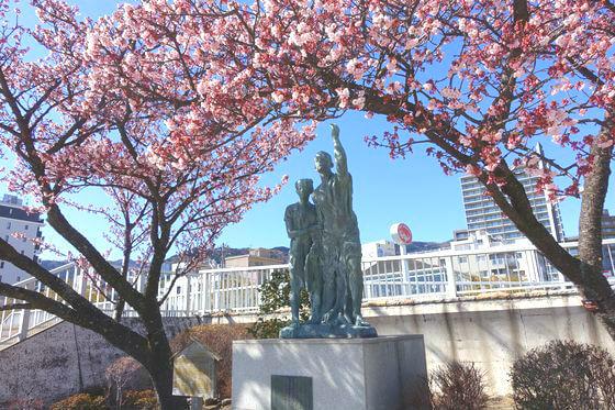 釜鳴屋平七夫婦像 あたみ桜