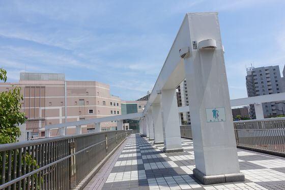 本町三丁目交差点 歩道橋 汐入駅